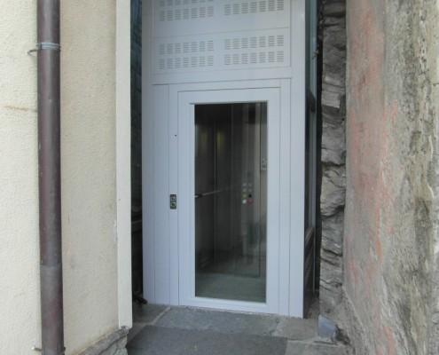 Questo ascensore è stato installato a Como in località Moltrasio vista lago