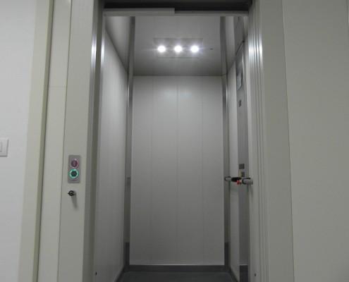 Mini ascensore interno installato a Calco in provincia di Lecco presso la Parrocchia. Finiture e allestimento.