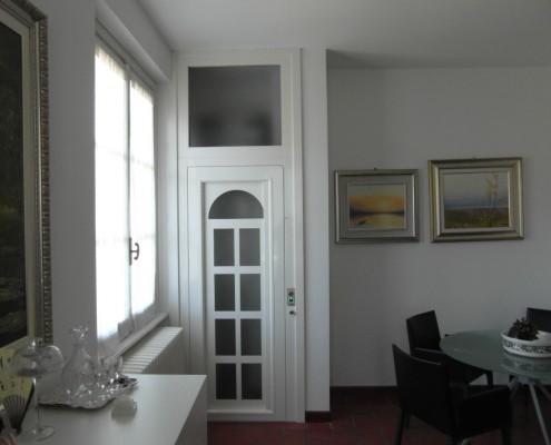 Ascensore dimensioni ridotte in casa privata installato a Mandello del Lario in provincia di Lecco.