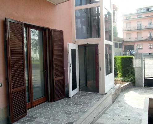 Elevatore per disabili esterno installato a Bulciago in provincia di Lecco