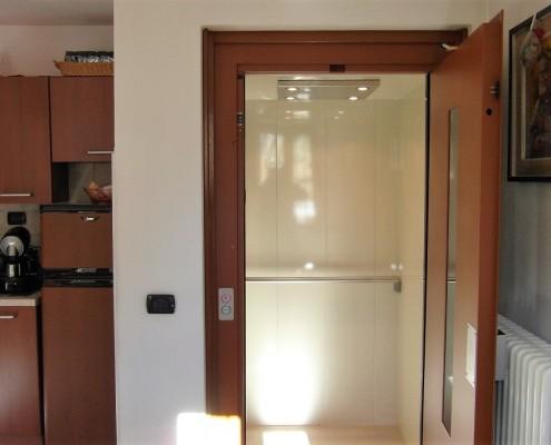 Piattaforma elevatrice per disabili in casa privata installata a Colle Brianza in provincia di Lecco