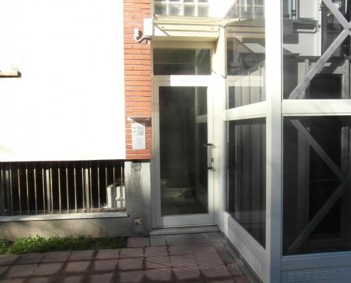 Mini ascensore installato all'esterno di un condominio a Vimercate in provincia di Monza e Brianza .