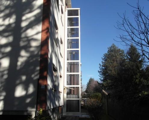 Miniascensore installato all'esterno di un condominio a Vimercate in provincia di Monza e Brianza .