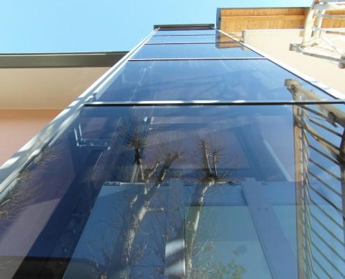 Piattaforma elevatrice per disabili esterna con cabina panoramica, installata all'esterno di una casa privata in località Ello in provincia di Lecco
