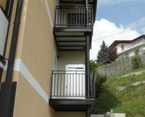 Mini ascensore. Vista anteriore lato balconcino di sbarco. sbarco.