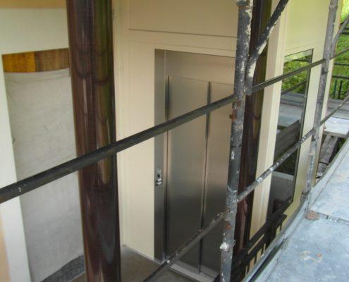 Ascensore con porta scorrevole in acciaio