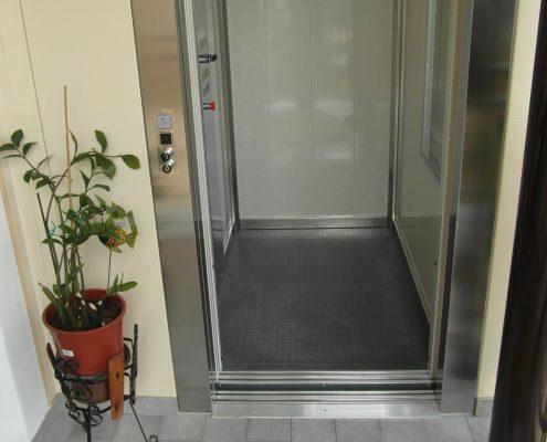 Pavimento ascensore in linoleum gomma a bolli.