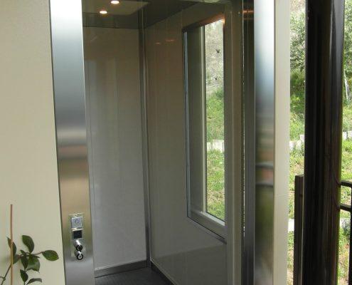 Cabina ascensore con finestra panoramica.