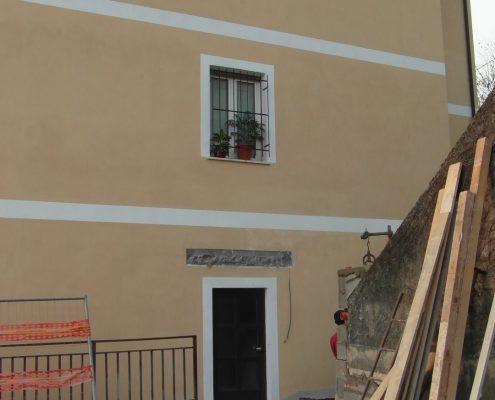 Mini ascensore. Vista della parete prima dell'installazione. Cantiere aperto.