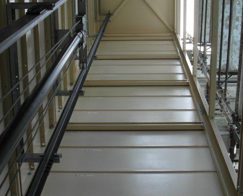 Mini ascensore. Vista della struttura interma con metà tamponamento