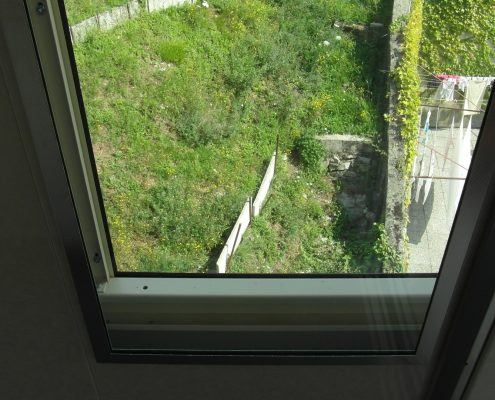 Mini ascensore esterno. Vista inferiore della finestra panoramica di cabina