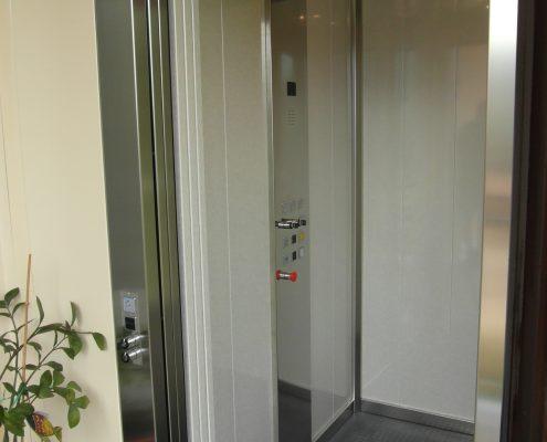 Mini ascensore. Vista pulsantiera di cabina. Tutti i pulsanti