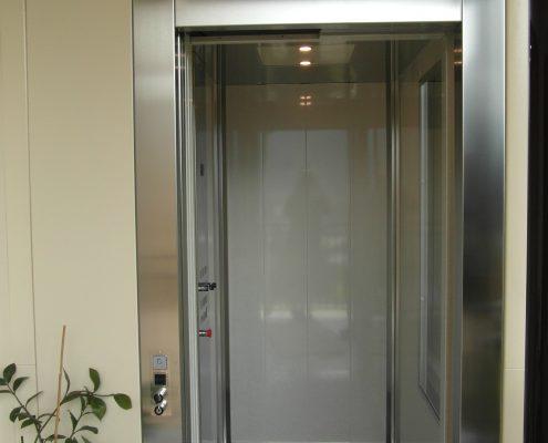 Mini ascensore. Vista superiore della cabina. Dal pianerottolo.