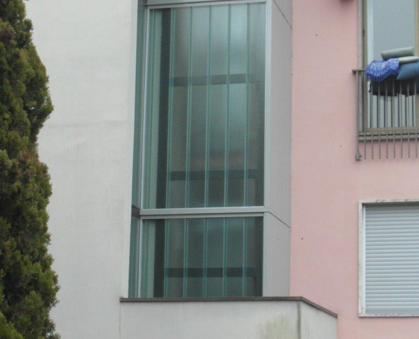 Vista del balconcino dove è stato eseguito il taglio per il passaggio della struttura .