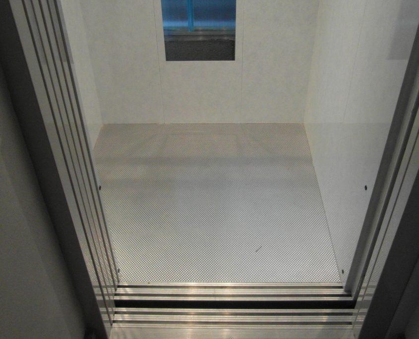 Vista pavimento e della guida della porta di cabina e di piano.