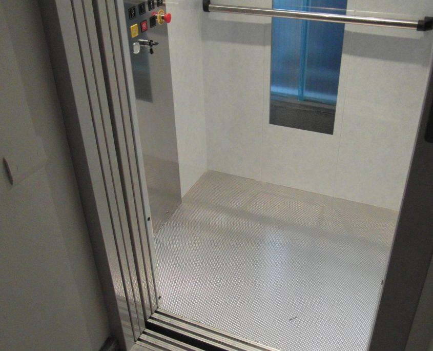 Cabina ascensore. Pavimento in acciaio inox antiscivolo.