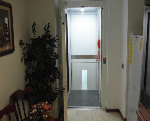 Ascensore in casa vista dal piano centrale . Si intravede la porta al piano meno uno.