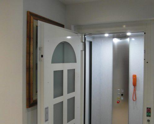 Ascensore in casa. Vista braccetto superiore chiusura porta.