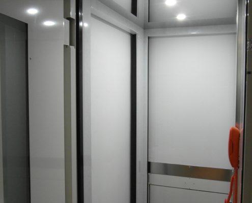 Ascensore in casa. Vista dei tre accessi dal piano centrale.