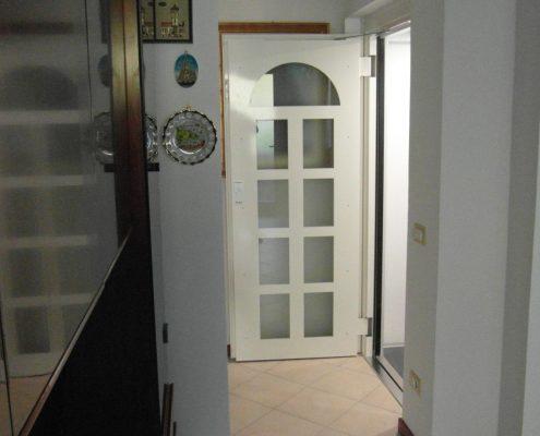 Ascensore in casa. Vista laterale della porta al piano primo dal soggiorno