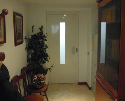 Ascensore in casa. Vista porta piano centrale.