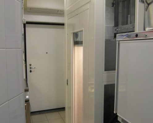 Milano ascensori. Vista complessiva della struttura di tamponamento al piano cucina.
