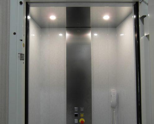 Cabina ascensore Milano. Vista dei faretti nella parte superiore della cabina.