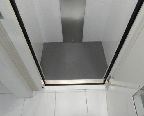 Vista del pianale di carico della cabina e della soglia della porta.