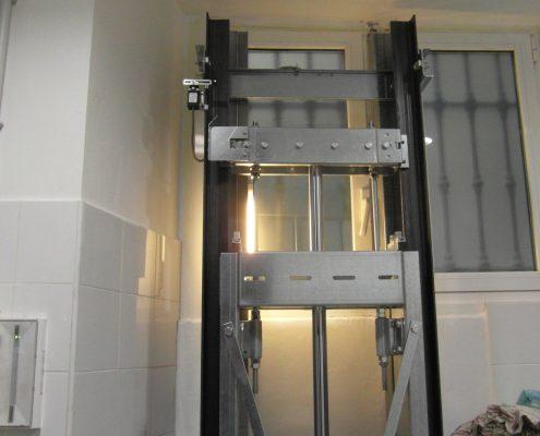 Vista della meccanica nella parte superiore del vano con il telaio con il maggior distacco dal muro.