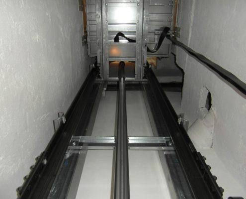 Vista della parte meccanica spostata tutta a sx per evitare lo scarico della fogna. Ascensore installato a Milano.