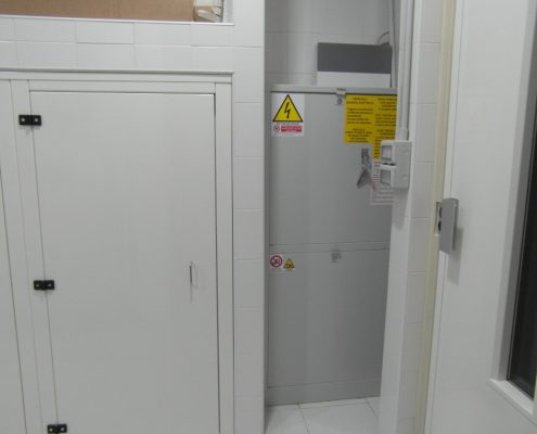 Vista dell'armadio di comando posto al piano inferiore a sinistra della porta.