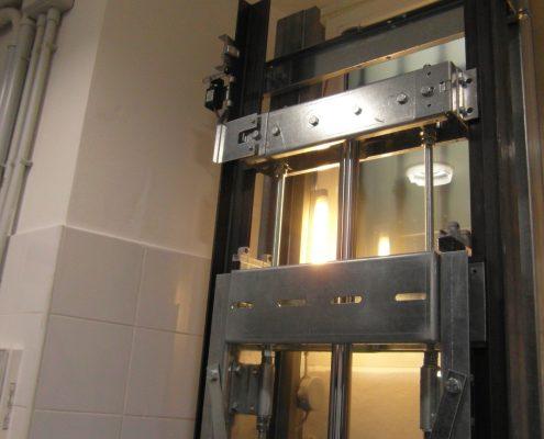 Vista laterale della meccanica fissata al telaio.