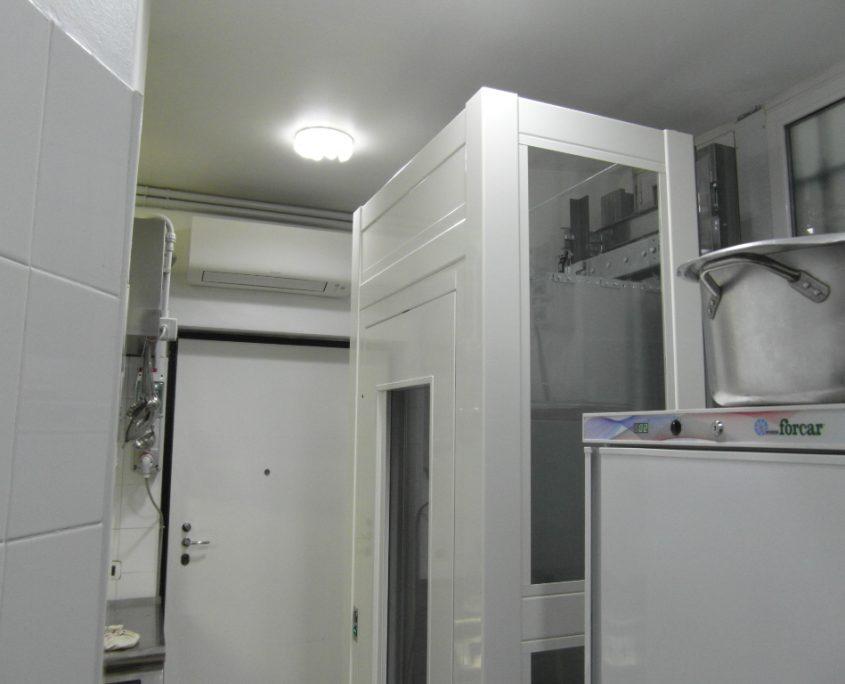 Vista parte alta lato dx. piano cucina. Piattaforma elevatrice installata a Milano.