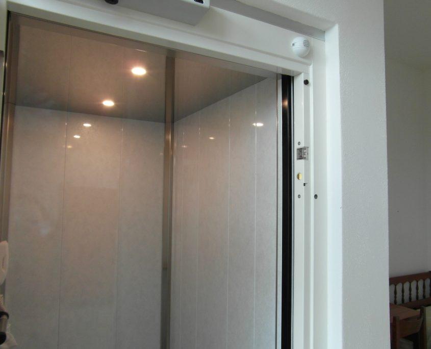 Vista cabina ascensore lato destro al primo piano.