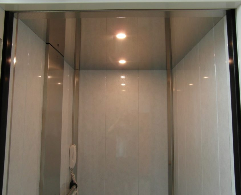 Vista cielino a specchio e faretti di illuminazione. Si nota anche il telefono.