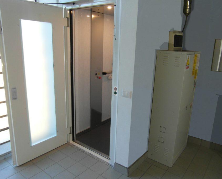 Vista cabina ascensore al piano lavanderia.
