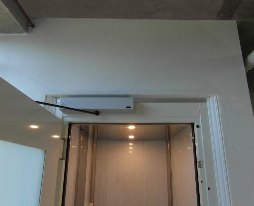 Vista del dispositivo apriporta automatico per ascensori. Porta al piano terra.