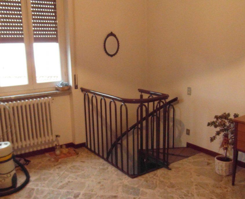 Vista del parapetto della scala a chiocciola al primo piano prima di essere smantellato.