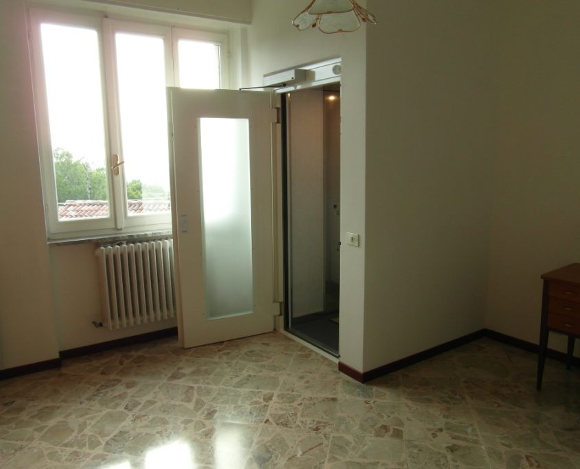 Vista integrale porta aperta primo piano. La porta si apre quando la cabina ascensore arriva al piano.