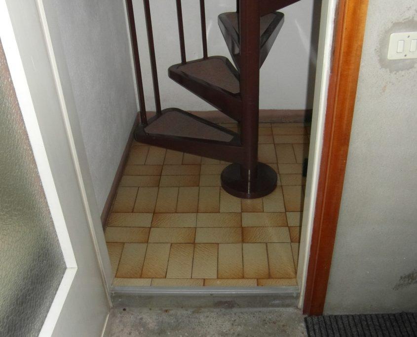 Vista interna del vano scala livello pavimento. Partenza al piano terra della scala a chiocciola.
