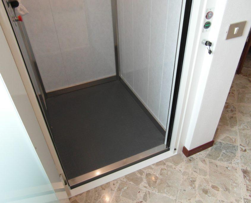 Vista pavimento cabina ascensore lato destro si nota la chiave per abilitare il pulsante di piano.