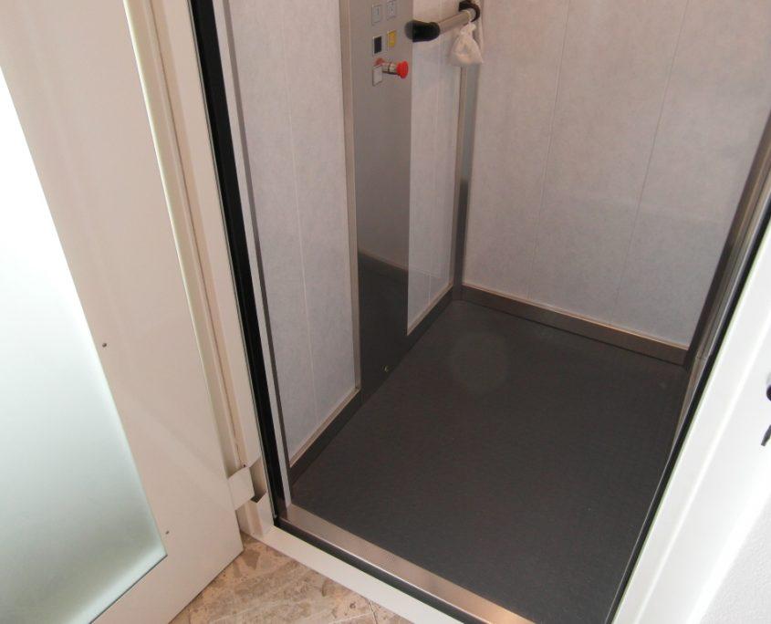 Vista pavimento cabina ascensore lato sinistro al piano primo.