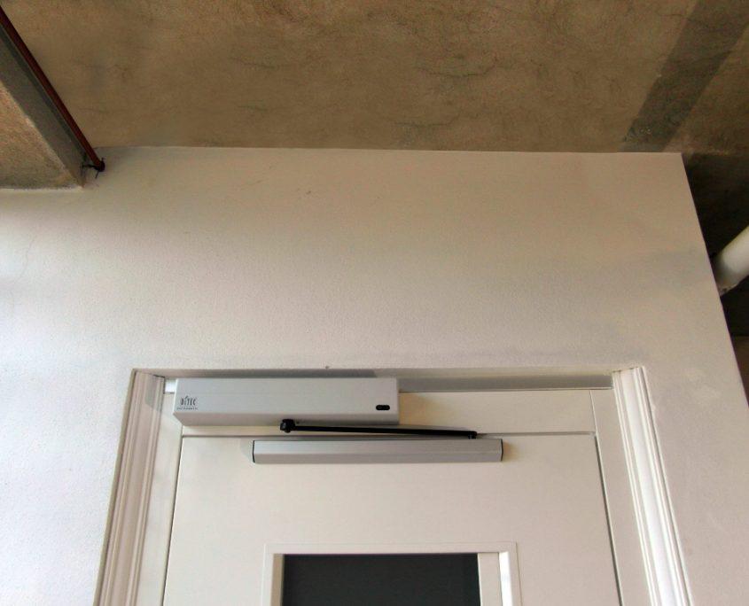 Vista superiore del vano ascensore al piano terra con vista apriporta automatico