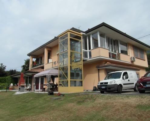 Ascensore esterno installato a Casalzuigno in provincia di Varese (VA) in una casa privata