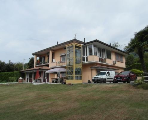 Casa privata, ascensore esterno in vetro installato a Casalzuigno in provincia di Varese con truttura metallica lato destro