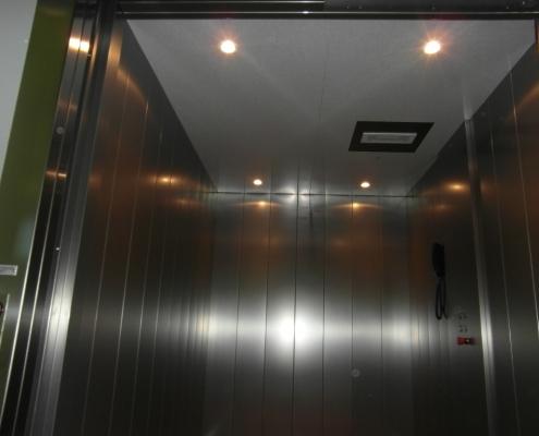 Dettaglio dei faretti di illuminazione e della luce di emergenza.