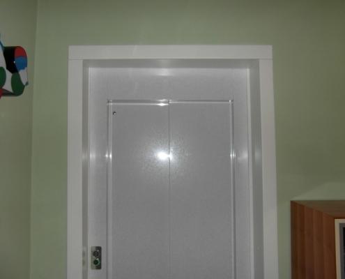 Dettaglio del coprifilo della porta al primo piano