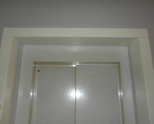 Dettaglio del coprifilo della porta al primo piano.