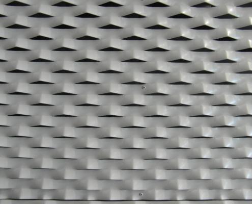 Dettaglio della lamiera stirata usata come tamponamento della struttura del montacarichi.