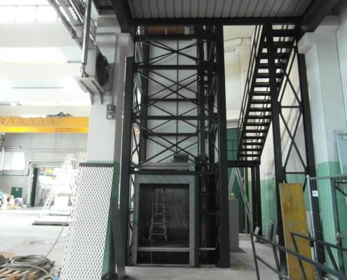 Fasi di installazione del montacarichi, vista accesso al piano terra